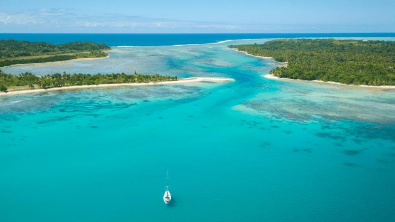 Zeiljacht varend over zee richting Marie eiland op Madagaskar