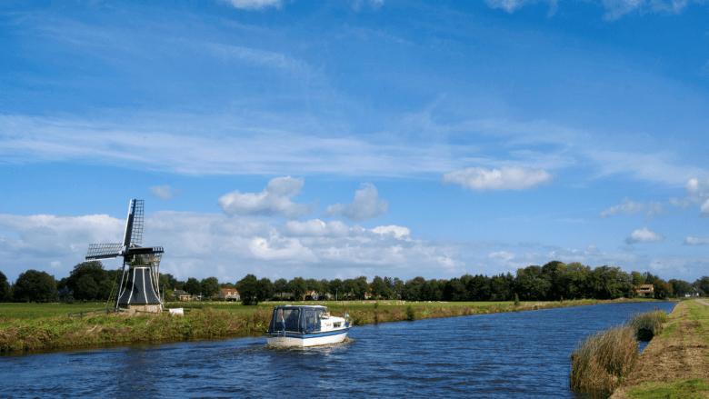 Uitzicht over water en een boot in Friesland