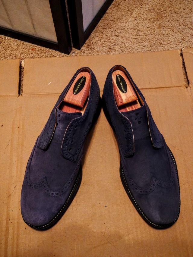 STEP3. 等大概几个小时,鞋子自己会风干,然后再次用橡胶刷子梳理一下。跟左边没有清洁的鞋子比较,可以看到鞋头在清洁之后干净不少。