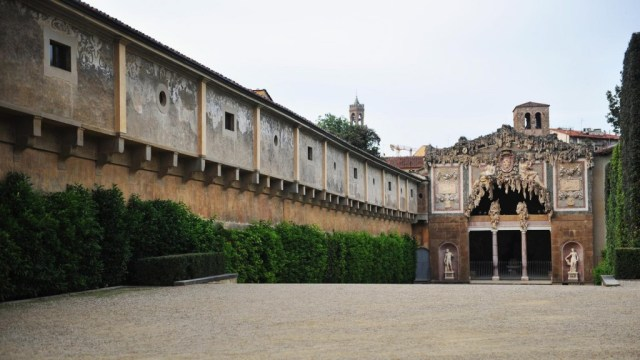 06 Boboli Gardens, a view of Grotta del Buontalenti and the Vasari Corridor