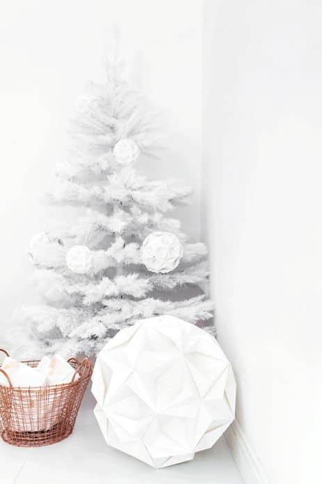 Idee creative casa un natale industrial chic bianco e rosa