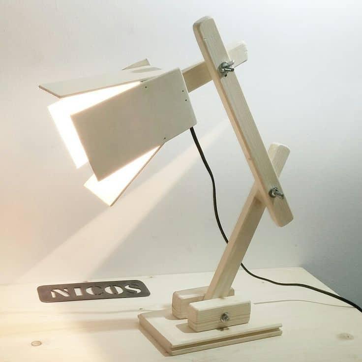 Ufficio fai da tescrivania con cavalletti e lampada di legno