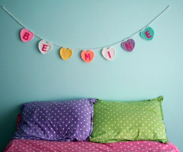 http://blog.twinkiechan.com/2013/12/18/free-pattern-conversation-heart-garland/