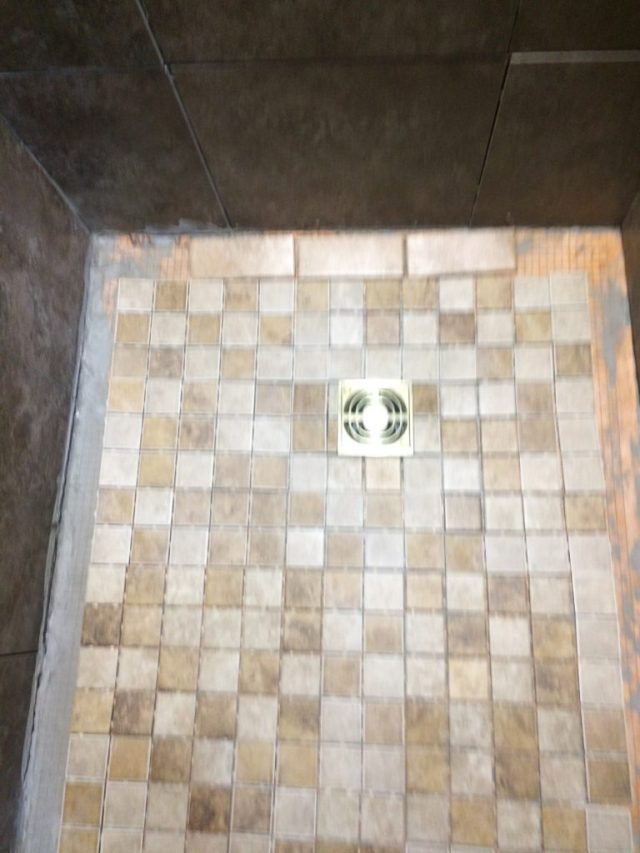 Shower drain side with border layout