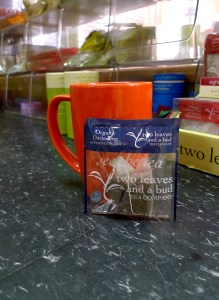 A mug, a sachet, and a solution to your biggest tea peeve.