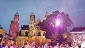 הטירה מימין לבמה