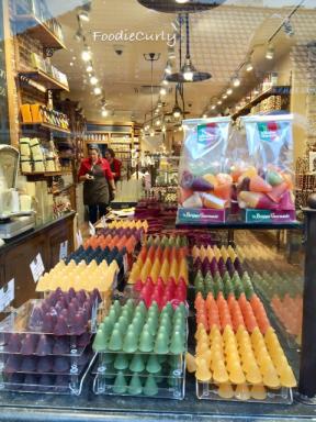糖果顏色也多,各是不同水果口味。