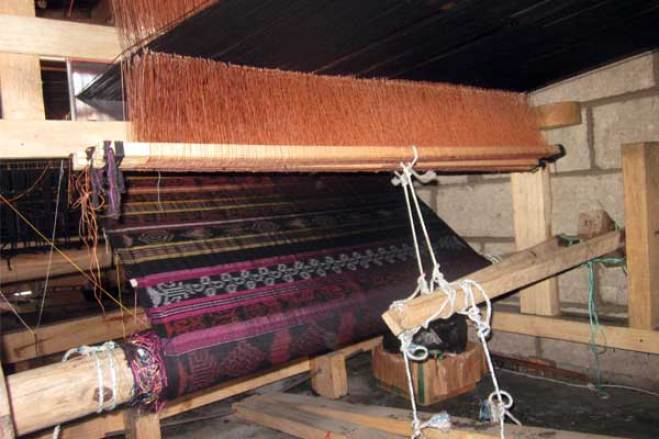 The loom the group of mothers uses to make the fabric.