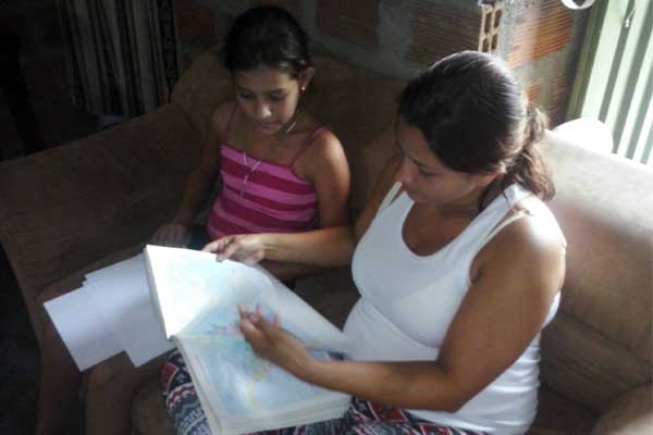Ana helps Katherin with her homework.