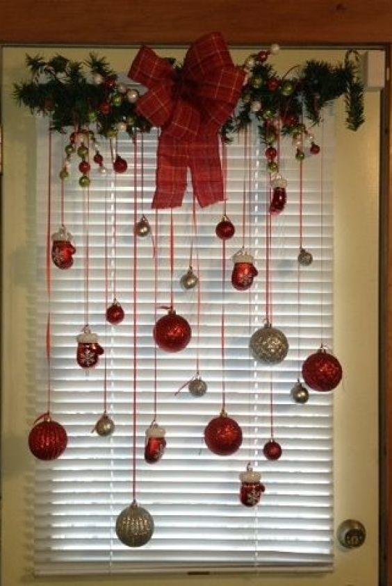 janela com decoração simples de natal