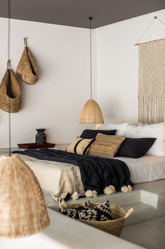 Quarto com elementos naturais nas luminárias de palha, cortinas de crochê (algodão), almofadas e manta (algodão).