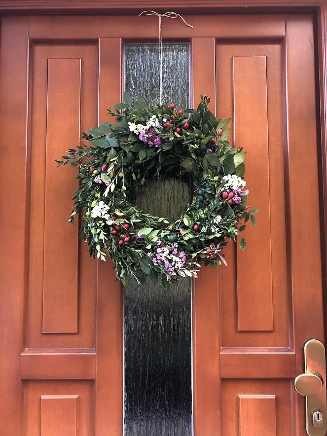 věnec na dveřích význam