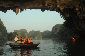 Halong Bay Vietna 36 300x199 - Quer viajar para o exterior com dólar alto? Conheça os 5 melhores destinos