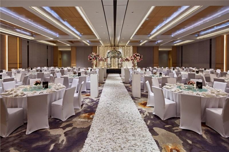 high ceiling and pillarless ballroom for wedding reception