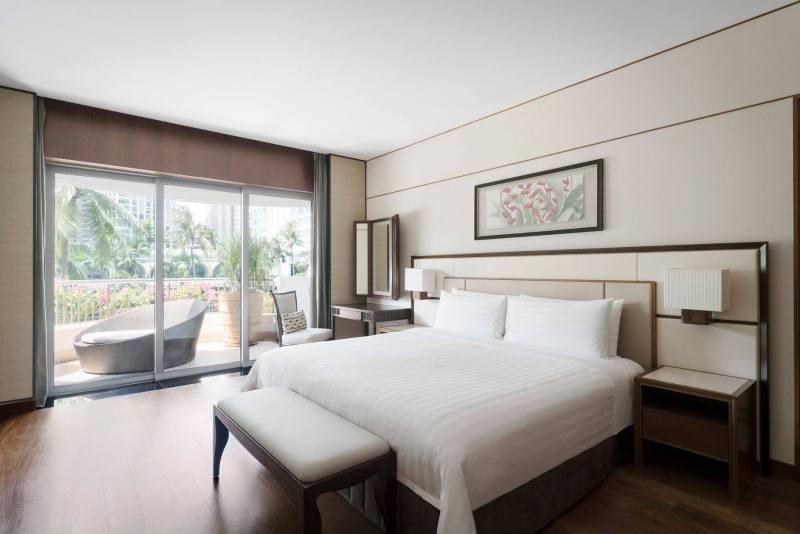 cozy bedroom with spacious balcony shangri-la singaore