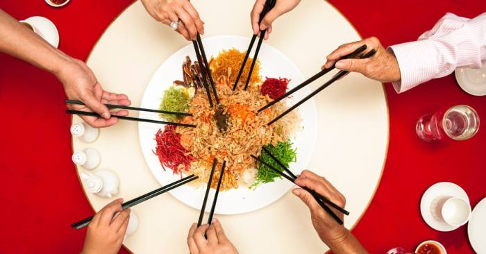 people celebrate Chinese new year dinner with Yusheng