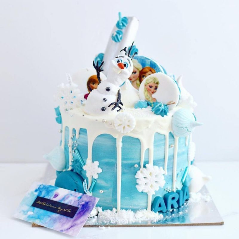 A frozen cake with olaf and elsa macroons