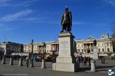 Монументы Генри Хэвлоку с голубем и Георгу IV