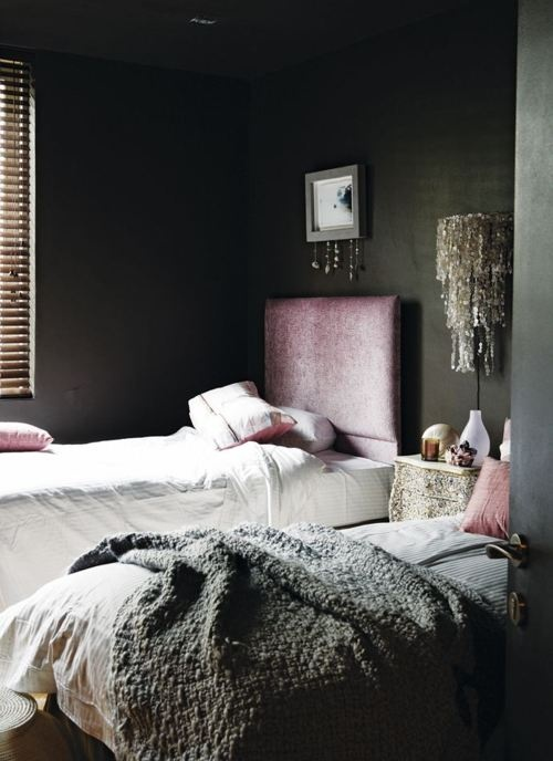 A dark bedroom in the now very trendy color combination Dusty Pink and Gray