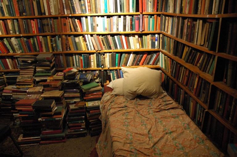 Ukoliko ste spremni da volontirate, čuvena knjižara ima smeštaj za vas. Obavezno je da im pomognete par sati dnevno oko prodaje i administracije, a ostatak možete potrošiti na – pisanje.