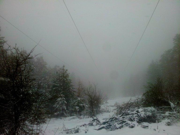 Autorska fotografija - jedna od prethodnih nailazećih snežnih oluja ispred kuće