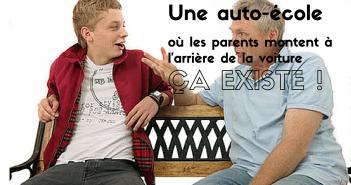 Une auto-école ou les parents montent à l'arrière de la voiture, ça existe !