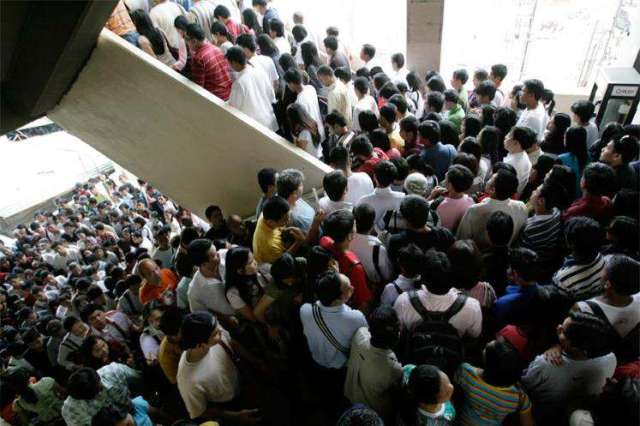 LRT queue, photo by MSN News
