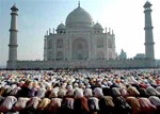 117 Indian-Muslims-praying-