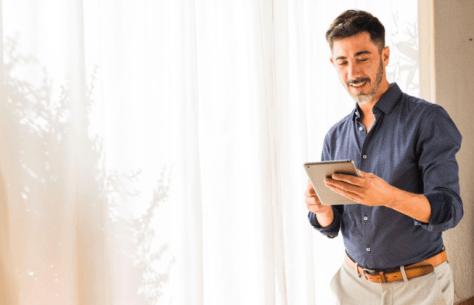 Ejecutivo disfruta los beneficios del software de gestión inmobiliaria