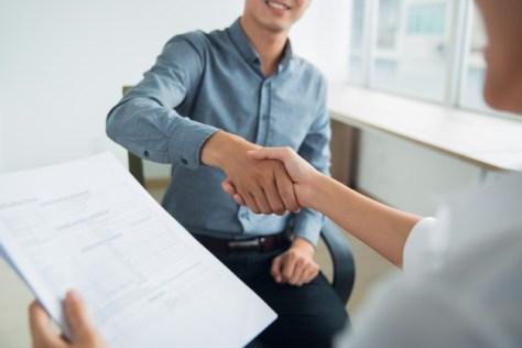 dueña de inmobiliaria evalúa a candidato para encontrar agente inmobiliario eficiente