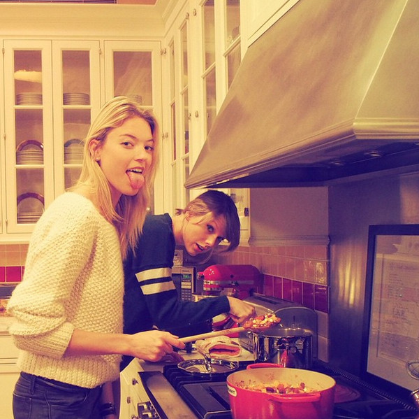Taylor-Swift-Karlie-Kloss-NYC-Tribeca-Penthouse-Apartment-Baking-Cookies-Kitchen