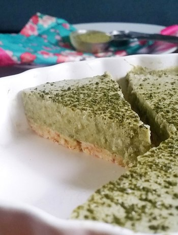 "No-Bake Matcha Cheesecake | Jump on the matcha trend with a healthy, no-bake, allergy-friendly cheesecake! With a raw, gluten-free crust and a dairy-free cashew cream ""cheese"" filling, this no-bake matcha cheesecake is a superfood dessert to the max! 