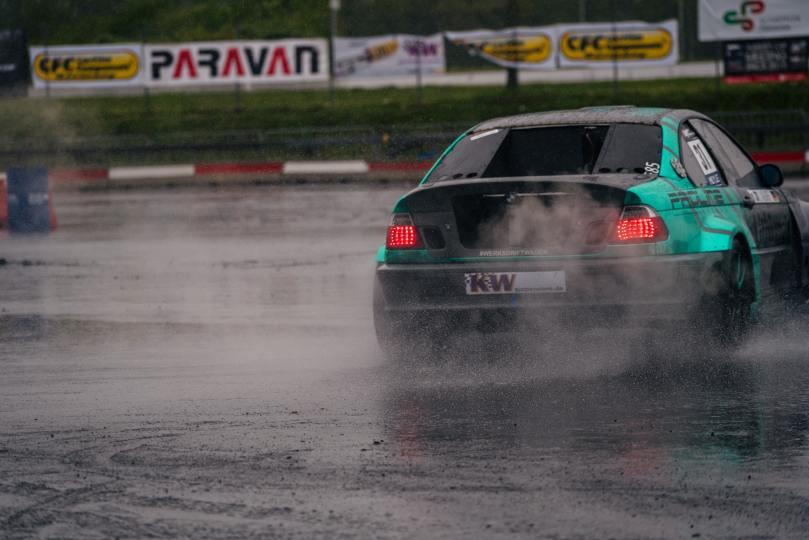 voiture qui dérape sous la pluie
