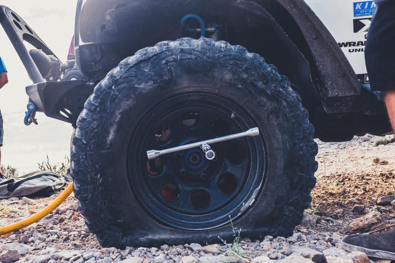 crevaison d'un pneu de 4x4