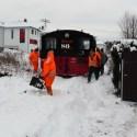 Vor dem Hp Gitterseer Str. mußte dieser von einem Anwohner im Gleis aufgetürmte Schneehaufen zur Sicherheit vor der Weiterfahrt entfernt werden.