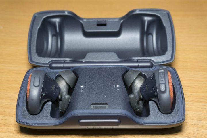 耳機在收納盒充電時,會有兩粒小光點顯示狀態。