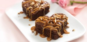 caramel-drizzled-brownie-hearts
