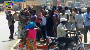 TogoVision captured a protest by women, banging pots and blowing vuvuzela horns, across from a security checkpoint.