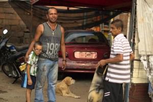 Eduardo Colorado y su familia en su taller mecánico.