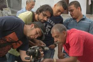 Integrantes de Punto Link dando taller y haciendo video en la Cascada.