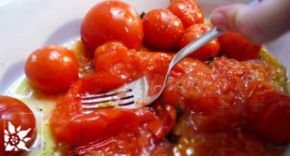 Zerdrücken der gegrillten Tomaten