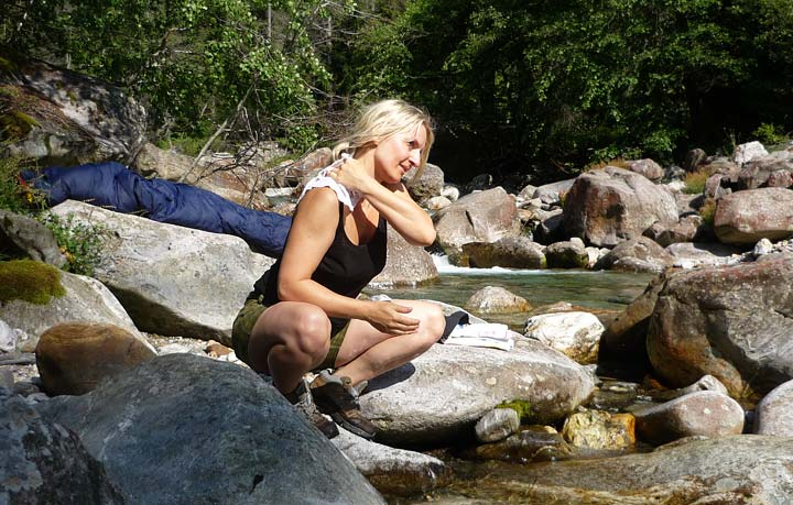 Waschen am Fluß – Unterwegs in den Alpen