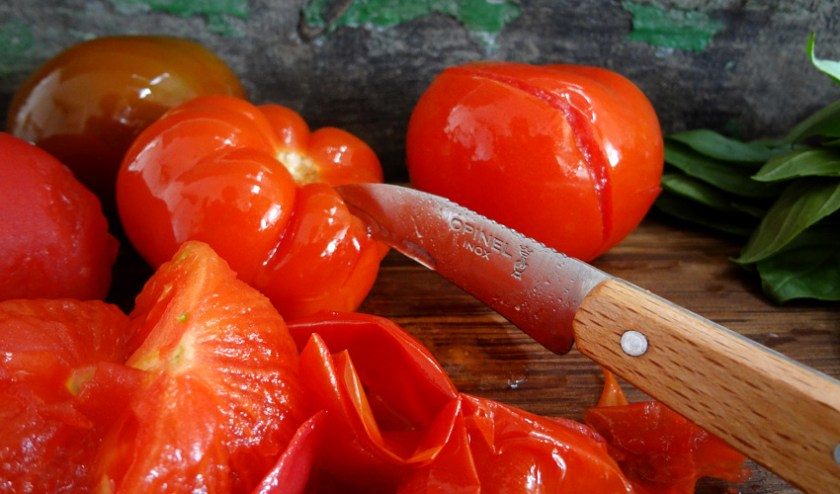 Tomaten häuten mit Opinelmesser