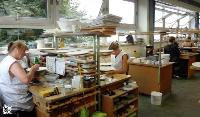 gmundner-manufaktur-porzellanmalerinnen