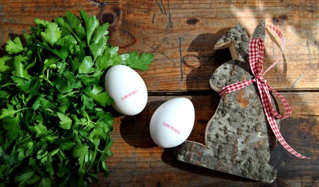Eier und ein Holzhase aus Tirol