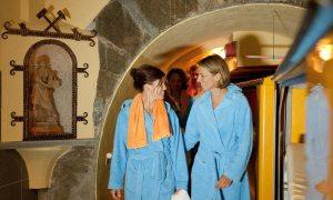gasteiner-heilstollen-bademantelfrauen
