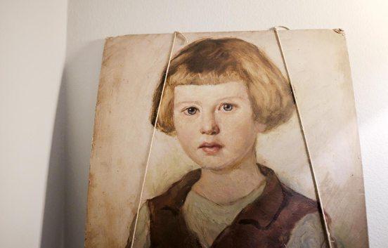 Mädchenportrait im Kaminzimmer