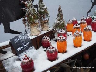 Das Richtige für kalte Winterabende: Räuchern. Schneebedeckte Räuchergefäße von Wunschtraum in der Johannistraße