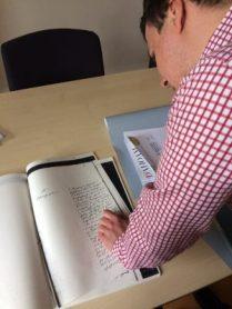 Simon Kalleder_Archivar beim transkribieren