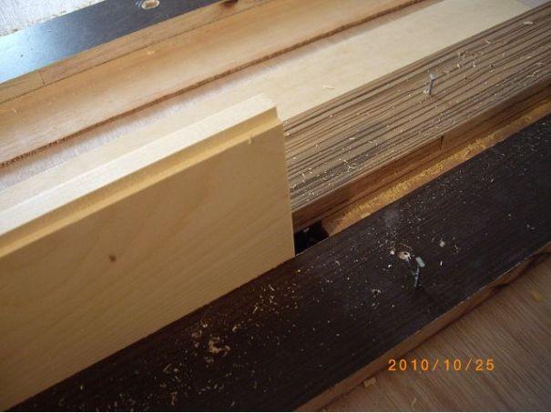 中含屜榫(崁槽拼合榫)用來作板材的拼接,板材較不易變型